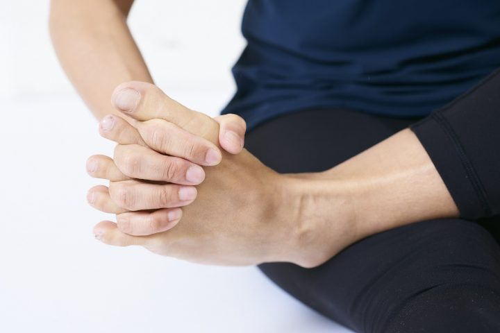 足のマッサージをする女性