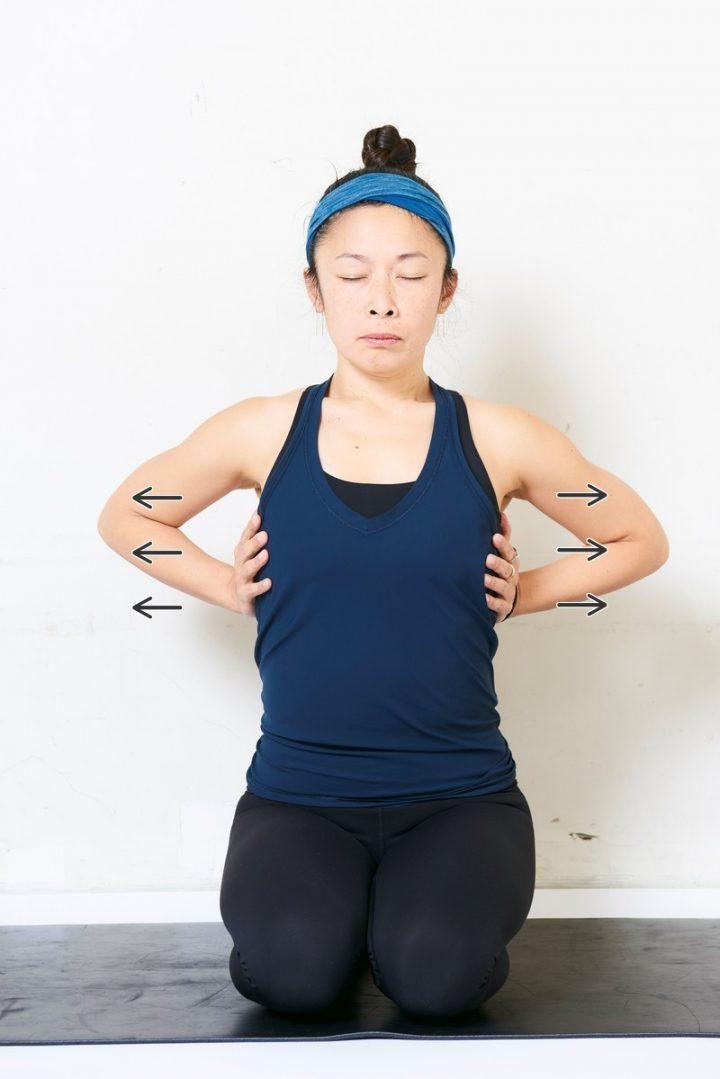 胸式呼吸する女性