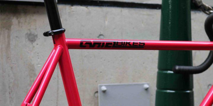 「CARTEL BIKES」の限定ピストバイクはストリートでも目立つこと請け合いなヴィヴィッドカラー!