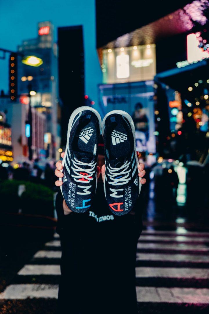 「adidas」と「atmos」の共同開発によって生まれたSPEEDFACTORY製ランニングシューズの日本限定発売モデル
