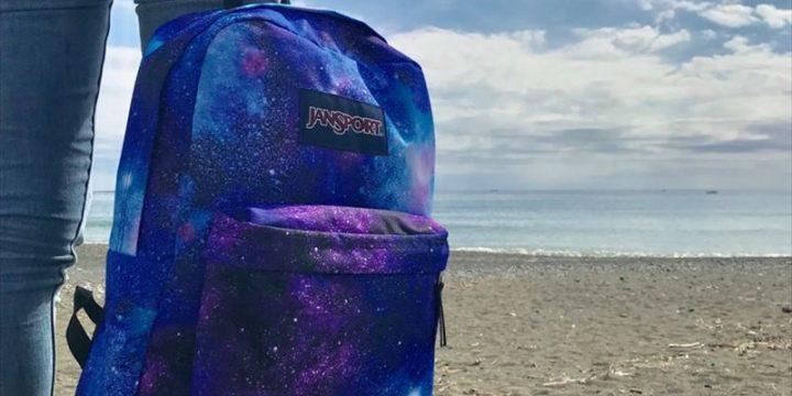 「JanSport」の新作バッグはリアルな宇宙を描いたギャラクシープリント!